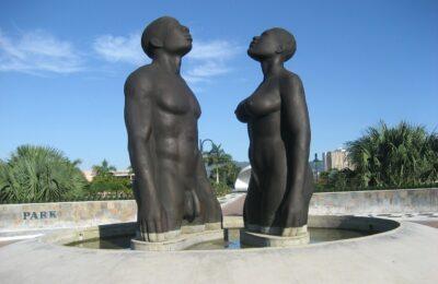 """Rzeźba """"Redemption Song"""" znajdująca się w Kingston na Jamajce"""